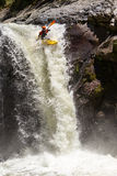 Salto de la cascada del kajak Imagenes de archivo