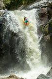 Salto de la cascada del kajak Foto de archivo libre de regalías