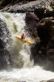 Salto de la cascada del kajak Fotos de archivo libres de regalías