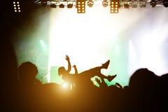 Salto de la etapa Muchedumbre que practica surf durante una actuación musical imagen de archivo libre de regalías