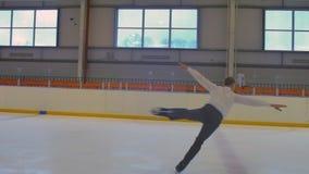 Salto de la figura patinador almacen de metraje de vídeo
