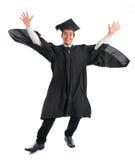 Salto de la graduación del estudiante universitario Imagenes de archivo