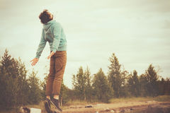 Salto de la levitación del vuelo del hombre joven al aire libre Imagen de archivo libre de regalías