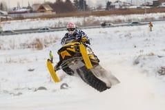 Salto de la moto de nieve del deporte Imágenes de archivo libres de regalías