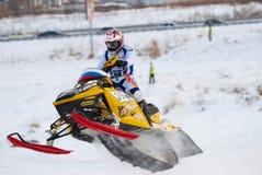 Salto de la moto de nieve del deporte Imagenes de archivo