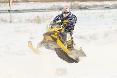 Salto de la moto de nieve del deporte Fotografía de archivo