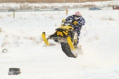 Salto de la moto de nieve del deporte Fotografía de archivo libre de regalías