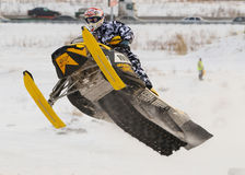 Salto de la moto de nieve del deporte Imagen de archivo