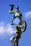 Salto de la motocicleta del estilo libre Fotografía de archivo libre de regalías