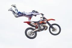 Salto de la motocicleta Tyumen Rusia Imágenes de archivo libres de regalías