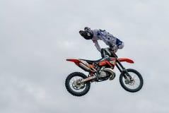 Salto de la motocicleta Tyumen Rusia Fotografía de archivo