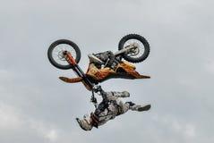 Salto de la motocicleta Tyumen Rusia Foto de archivo