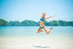 Salto de la muchacha de la diversión Foto de archivo libre de regalías