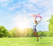 Salto de la muchacha de la felicidad Imagen de archivo libre de regalías