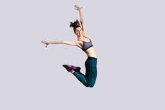 Salto de la muchacha del adolescente Foto de archivo libre de regalías