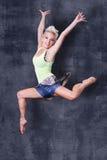 Salto de la muchacha del hip-hop Foto de archivo libre de regalías