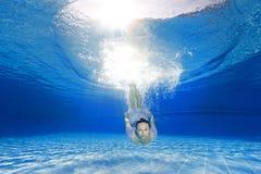 Salto de la muchacha en la piscina Fotografía de archivo libre de regalías
