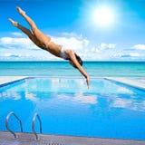 Salto de la muchacha en piscina Fotografía de archivo