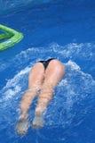 Salto de la muchacha en una piscina Imagen de archivo libre de regalías