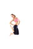 Salto de la mujer de la aptitud de la pérdida de peso de la alegría Modelo femenino caucásico deportivo joven aislado en el fondo Fotografía de archivo