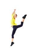 Salto de la mujer de la aptitud de la pérdida de peso de la alegría Modelo femenino caucásico deportivo joven en el fondo blanco  Fotografía de archivo libre de regalías