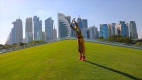 Salto de la mujer del horizonte de Doha almacen de metraje de vídeo