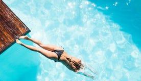 Salto de la mujer en la piscina fotos de archivo libres de regalías