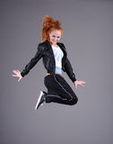Salto de la mujer joven Imagen de archivo