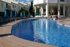 Salto de la persona en una piscina foto de archivo