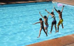 Salto de la piscina Imagenes de archivo