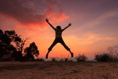 Salto de la puesta del sol Imágenes de archivo libres de regalías