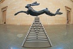 Salto de las liebres de Barry Flanagan Imágenes de archivo libres de regalías