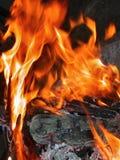 Salto de las llamas de la hoguera Imágenes de archivo libres de regalías