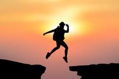 Salto de las mujeres de la silueta Fotografía de archivo