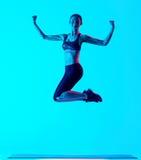 Salto de los exercices de la aptitud de la mujer aislado Foto de archivo libre de regalías