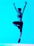 Salto de los exercices de la aptitud de la mujer aislado Imagenes de archivo