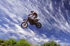 Salto de Moto x muito ao alto Fotos de Stock Royalty Free