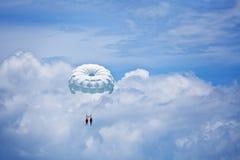 Salto de pára-quedas no céu Imagens de Stock Royalty Free
