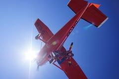 Salto de paracaídas agradable del cielo azul Imagen de archivo libre de regalías