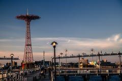 Salto de paracaídas de Coney Island Imágenes de archivo libres de regalías