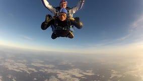 SALTO DE PARACAÍDAS skydiver en caída libre almacen de video