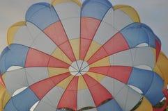 Salto de paraquedas na praia Fotografia de Stock Royalty Free