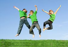 Salto de sorriso feliz dos miúdos fotos de stock royalty free