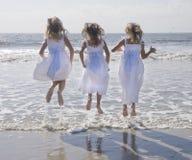 Salto de tres muchachas Fotografía de archivo
