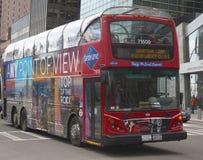 Salto de visita turístico de excursión de Nueva York en salto del autobús en Manhattan Imagen de archivo libre de regalías