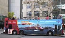 Salto de visita turístico de excursión de Nueva York en salto del autobús en Manhattan Imagen de archivo