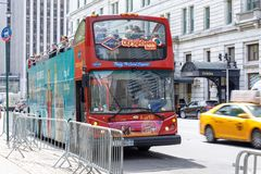 Salto de visita turístico de excursión de Nueva York en salto del autobús en Manhattan Fotos de archivo libres de regalías