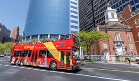 Salto de visita turístico de excursión de Nueva York en salto del autobús en Manhattan Ofrece visitas turísticas de Nueva York en Fotos de archivo libres de regalías