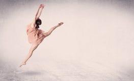 Salto del arte interpretativa del bailarín de ballet moderno con el fondo vacío fotos de archivo libres de regalías