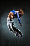 Salto del bailarín de la mujer joven Fotografía de archivo